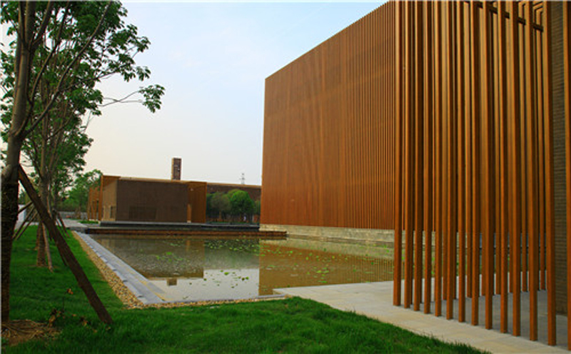 各殿外立面采用仿木金属格栅围护